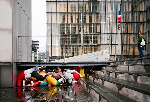 Bodies in Urban Spaces by Willi Dorner, photo Lisa Rasti