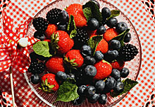 220pix-strawberries-and-blueberries
